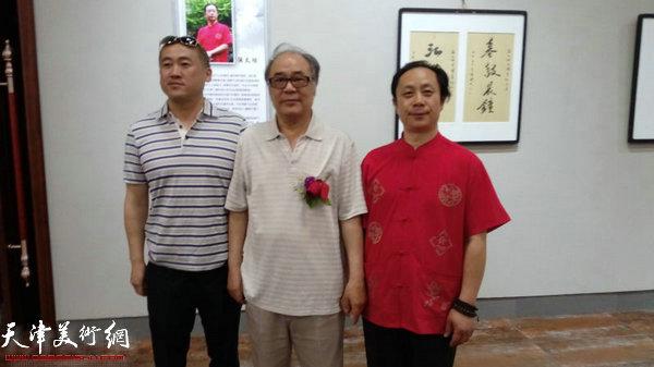 郭书仁、张大功与嘉宾在画展现场