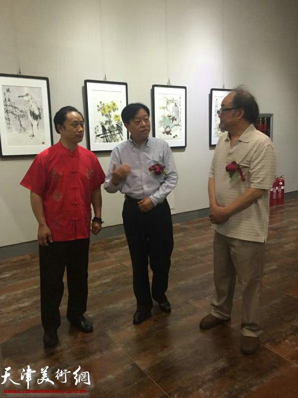 郭书仁、张大功与领导在画展现场