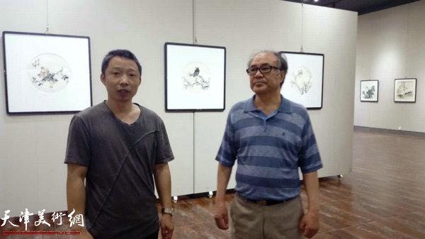 郭书仁与嘉宾在画展现场