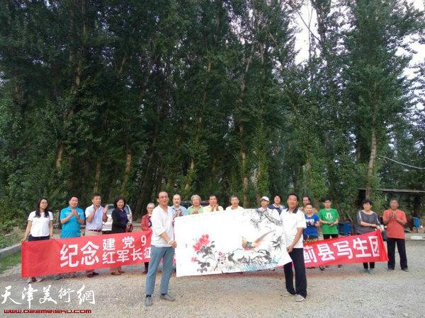 天津市河西美协蓟县写生团在黄崖关下。