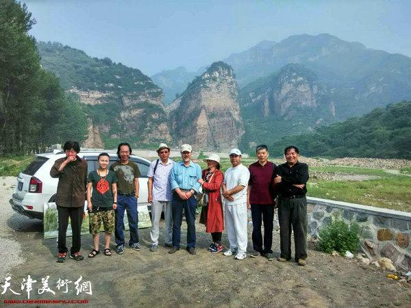 天津市河西美协蓟县写生团在黄崖关写生。