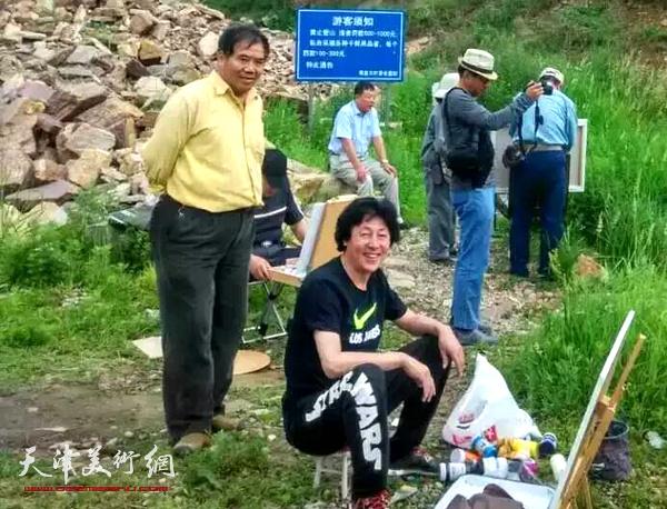 河西美协画家在黄崖关写生。