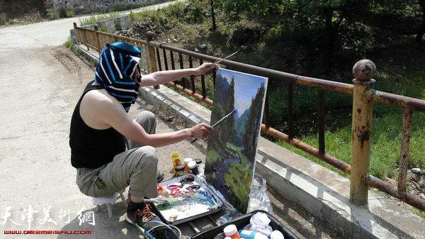 河西美协画家冒着酷暑在黄崖关写生。
