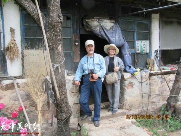 张树德、吴薇在蓟县黄崖关下走访农户。