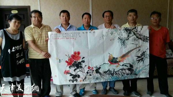 河西美协画家合作国画《前程似锦》赠送给当地的村民。