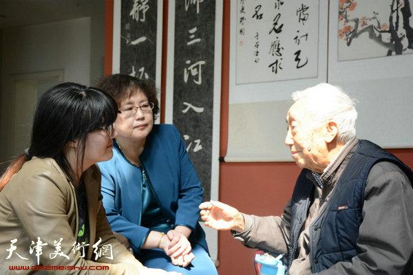 陈因2015年与天津美术学院大学生延安精神研究会的师生在一起