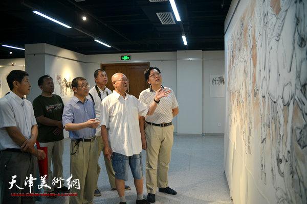 孙克维陪同嘉宾、观众观赏展品。