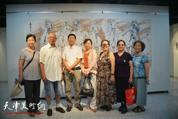 孙克维与刘国柱以及书画爱好者在画展现场。