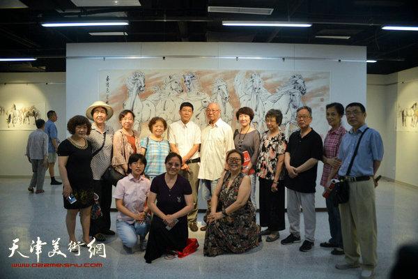 孙克维与刘国柱、李双林以及书画爱好者在画展现场。