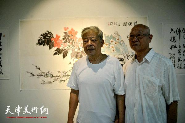 孙克维与王连仲在画展现场。