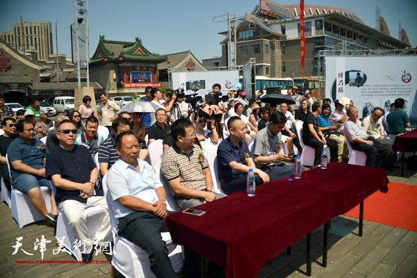 """""""桃李英华""""何家英师生美术作品展全国巡回展天津站的开幕式。"""
