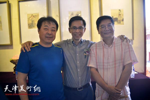 何家英与张佩刚、左锡云在画展现场。