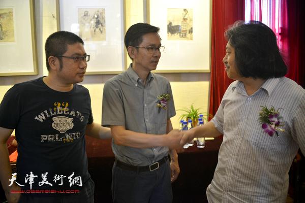 何家英与贾广健、姜立志在画展现场。