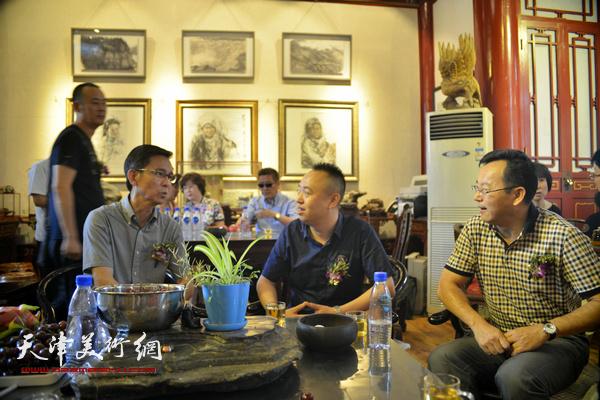 何家英与张桂元、马明在画展现场。