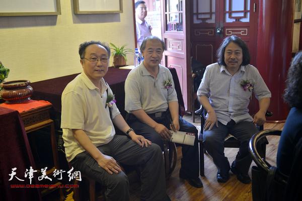 王书平、贾广健、何东在画展现场。