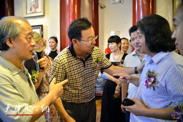 王书平、贾广健、张桂元在画展现场。