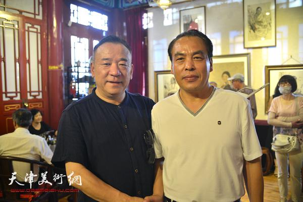贾冰吾、李寅虎在画展现场。