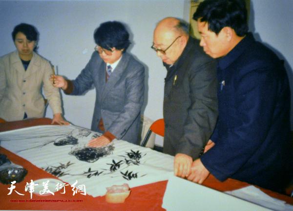 溥佐先生在观看毓岳作画。 (上世纪90年代初)