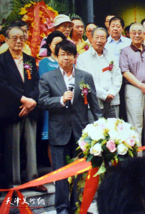 爱新觉罗家族书画展2011年9月在津举行,展出了家族8代人的书画作品,图为毓岳在主持开幕仪式