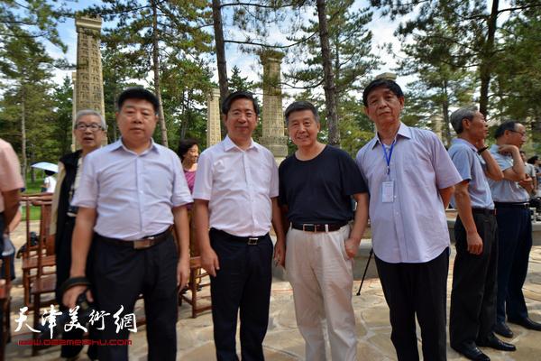 天津应邀出息的嘉宾刘学仁、张养峰与张吉福、李尔山在开幕仪式上。