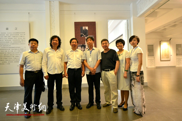 左起:张养峰、韩必省、张吉福、李尔山、刘学仁、刘艾珍、李兮在书画金石展现场。