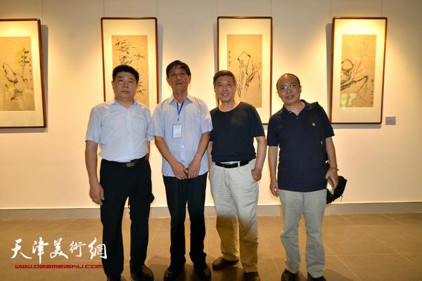 左起:张养峰、李尔山、刘学仁、王冠惠在书画金石展现场。