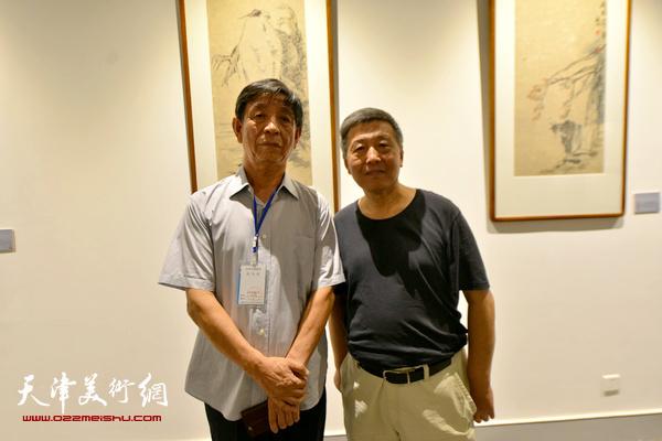 李尔山、刘学仁在书画金石展现场。