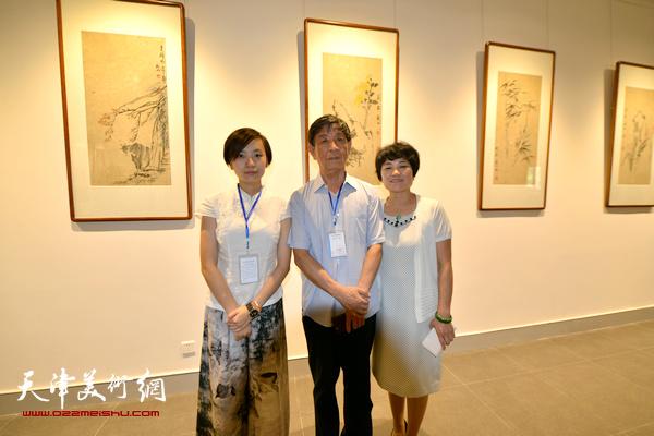 李尔山、刘艾珍、李兮在书画金石展现场。
