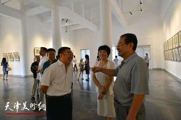 刘艾珍在书画展现场与来宾交流。