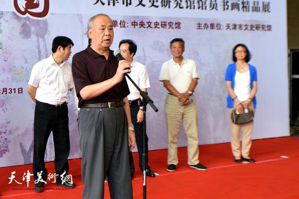文史研究馆馆员、天津美术学院教授王振德代表参展书画家致辞。