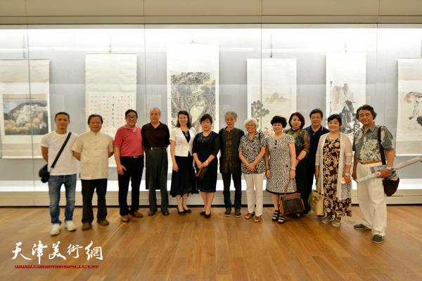 万镜明、高桂鸿与书画家姚景卿、王振德、华克齐、刘春雨、卢贵友等在展览现场。