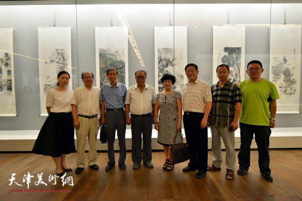 杨金海、梦玉、王宝贵、钱钢等陪同嘉宾在书画展现场。