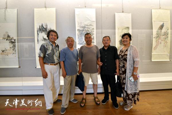 左起:华克齐、阮克敏、赵树松、董铁山、于競在书画展现场。