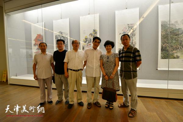 韩嘉祥、梦玉、王宝贵、钱钢在书画展现场。
