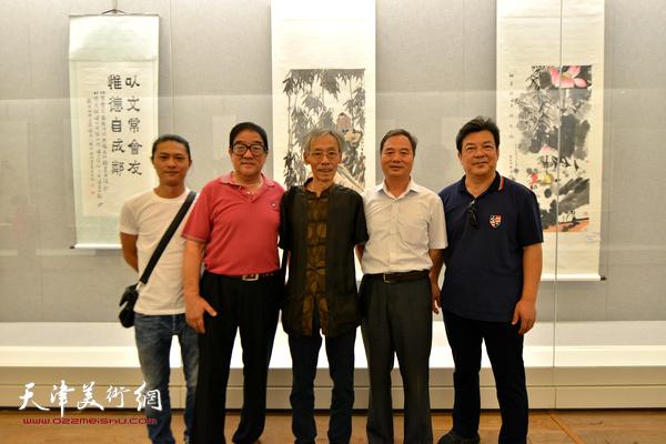 左起:姚铸、卢贵友、姚景卿、邢立宏、李庆林在书画展现场。