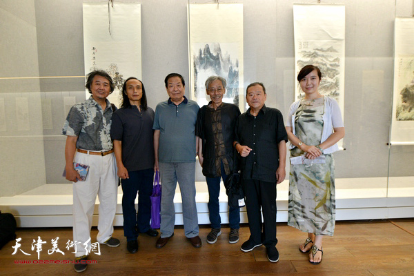 左起:华克齐、万志新、左川、姚景卿、董铁山、李悦在书画展现场。