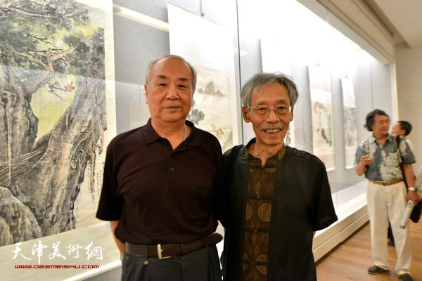 王振德、姚景卿在书画展现场。