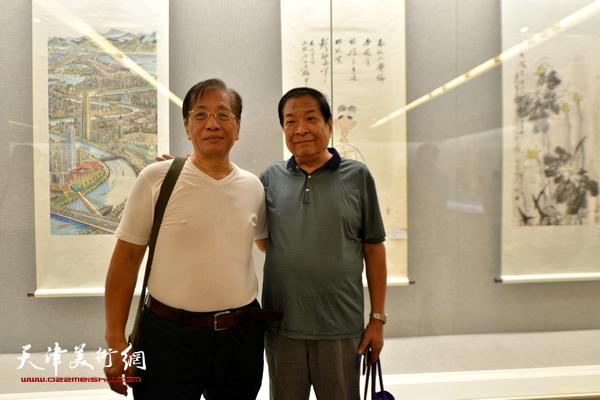 左川、赵承锐在书画展现场。