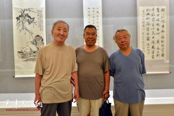 左起:侯春林、赵树松、阮克敏在书画展现场。