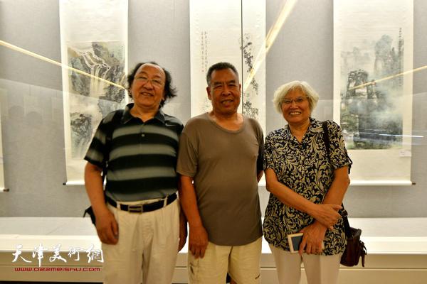 左起:王之海、赵树松、刘春雨在书画展现场。