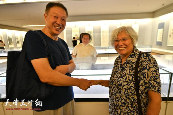 刘春雨、郝宝善在书画展现场。