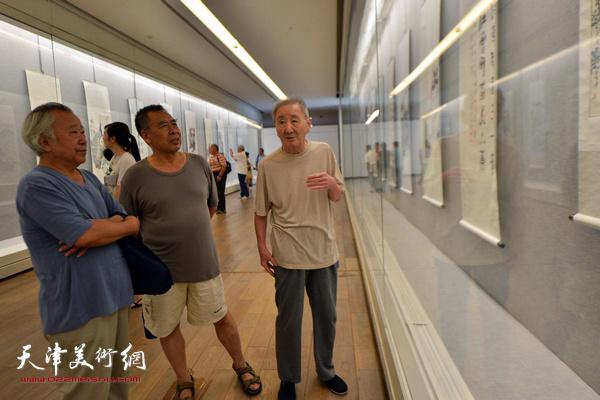 赵树松、侯春林、阮克敏在观看作品。