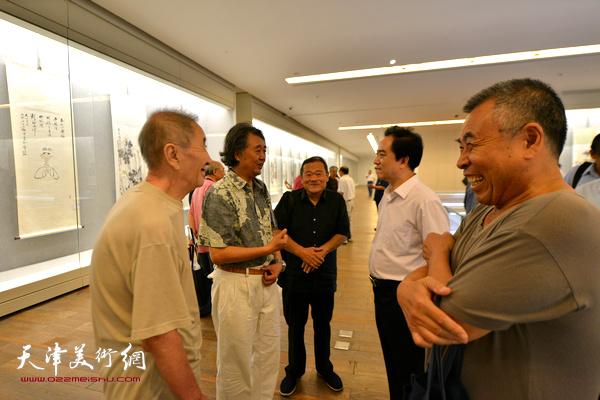 刘志永、侯春林、赵树松、董铁山、华克齐在书画展现场交流。