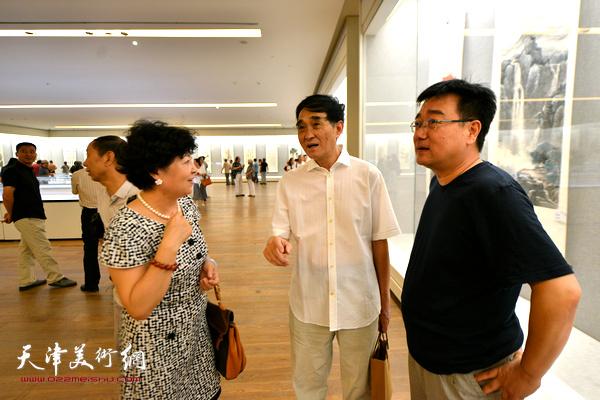 韩嘉祥、梦玉、刘宝明在书画展现场交流。