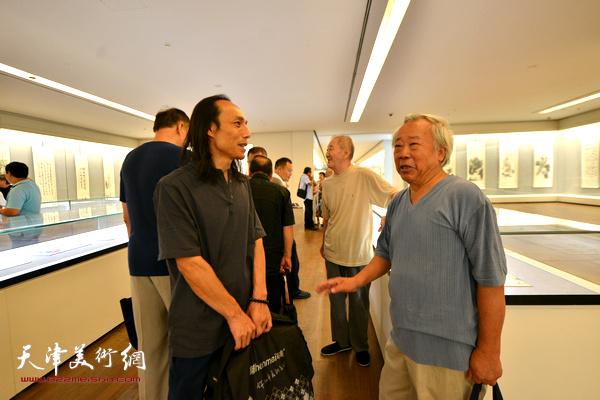 阮克敏、万志新在书画展现场交流。