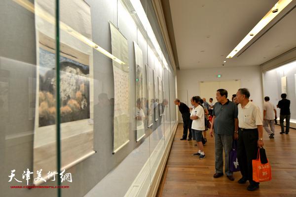 """""""不忘初心·圆梦中国""""——天津市文史研究馆馆员书画精品展现场。"""