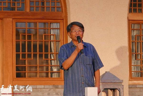 中国画马艺术研究会常务副会长吴迅宣布晚会开始。