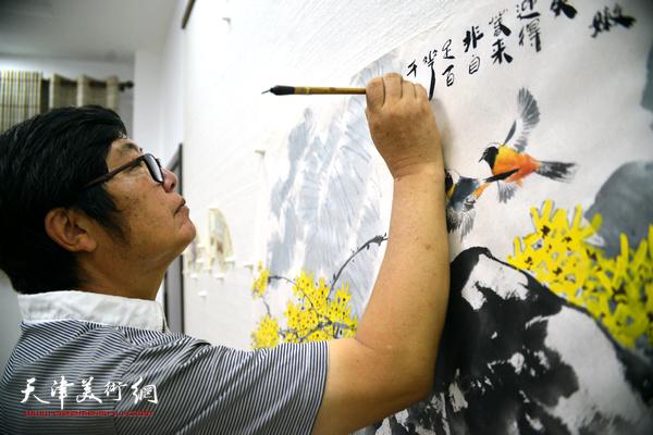 王惠民正在创作