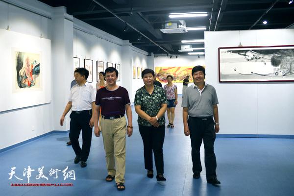 天津北方文创集团有限公司党委书记、总经理刘红与王惠民、李根友在天津美术网艺术馆参观。