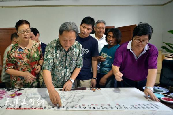 王惠民与霍然、王俊英等在创作。